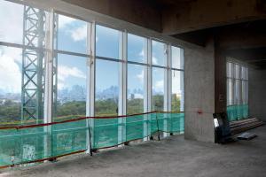 Pemasangan frame dan Kaca pada gedung.